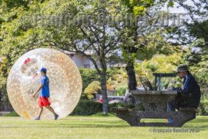 Chacun dans sa bulle dans le parc de Willows Beach, Oak Bay, Victoria
