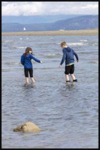 Des enfants s'amusent sur une plage de Parksville, en Colombie-Britannique