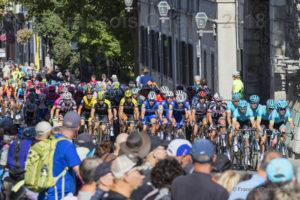 Grand Prix Cycliste Québec 2018, les cyclistes passent sous la porte St-Louis.