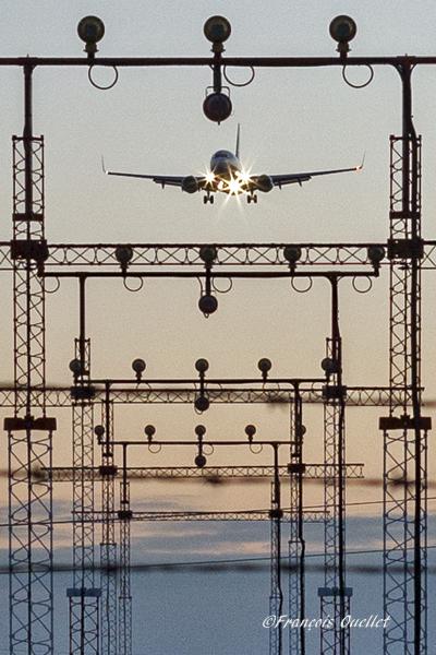 Un Boeing 737-800 est en finale pour la piste 05 de l'aéroport international de Toronto.