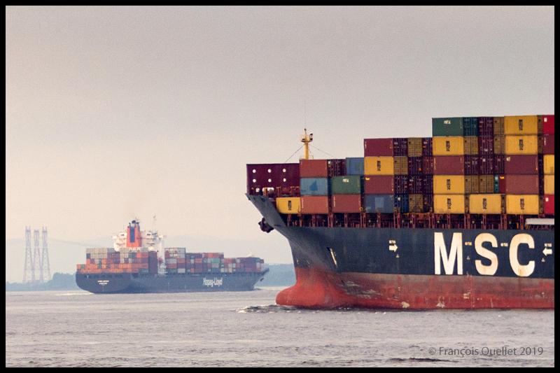 Le porte-conteneurs Hapag_Lloyd Quebec Express et le porte-Conteneurs MSC Paola s'apprêtent à contourner l'Île d'Orléans.