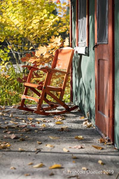 Chaise et maison aux couleurs d'automne
