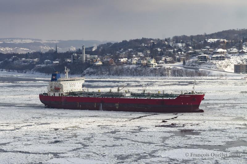 Le pétrolier Nave Equinox avec Lévis en arrière-plan.