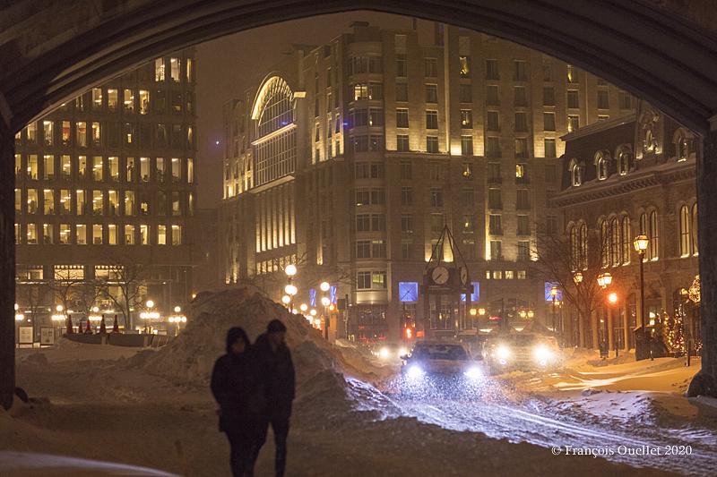 Place d'Youville sous la neige modérée. Vue de la Porte St-Jean, hiver 2020.