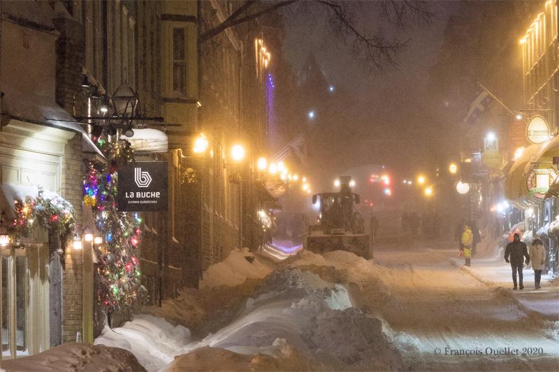 La rue St-Louis et le restaurant La Bûche dans le Vieux-Québec.