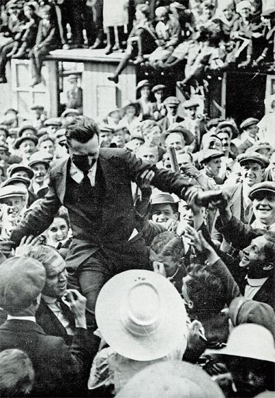 John Alcock célébré par la foule