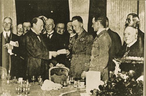 Winston Churchill présente le chèque du Daily Mail aux deux pilotes.