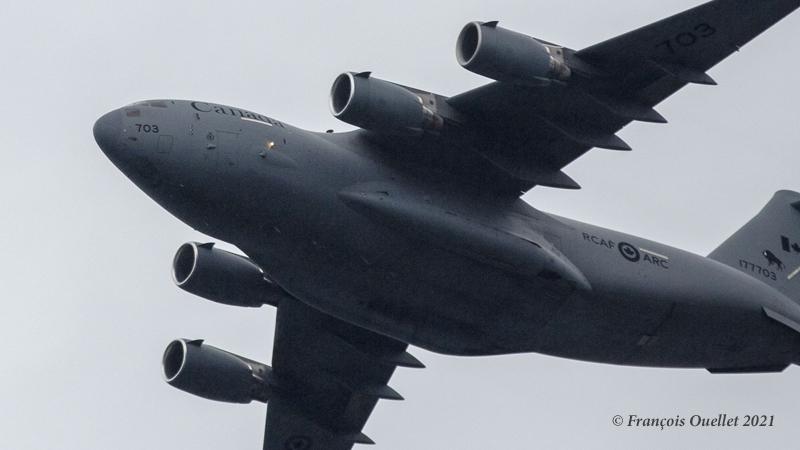 Un C-17 Globemaster III canadien survole la terrasse Dufferin à Québec en juin 2021.
