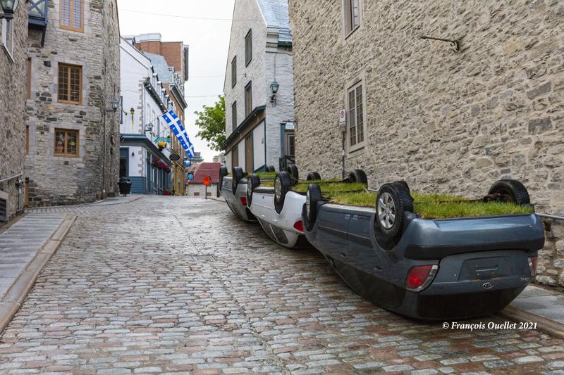 Trois voitures renversées dans le Vieux-Québec en 2021.