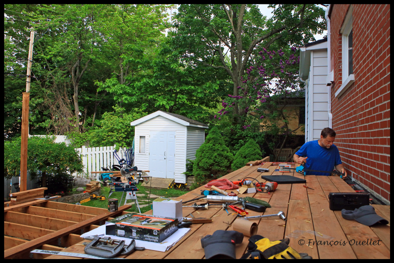 Construction du patio le long de la maison.