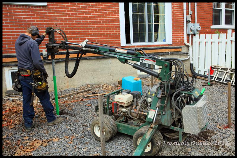 Le technicien de Techno-Pieux pose ses pieux aux emplacements des poteaux de bois.