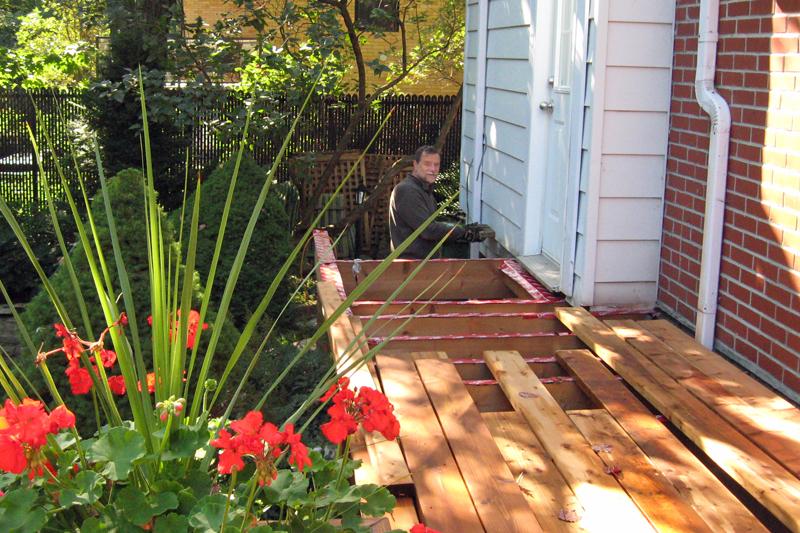 Construction de la dernière section du patio.