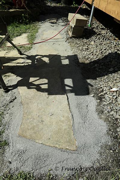 Roches et poussière de pierre et dalles pour recevoir l'escalier.