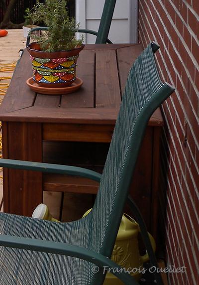 Table en cèdre et patio.