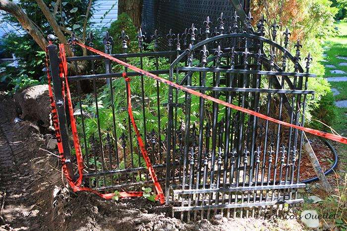 Les sections de clôture de métal à couper et réinstaller.