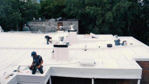 Emile Lelievre Ferblantier couvreur employés sur le toit
