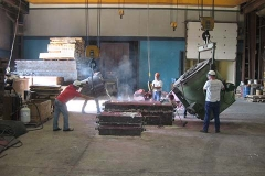 POURING MOLTEN ALUMINUM IN FOUNDRY