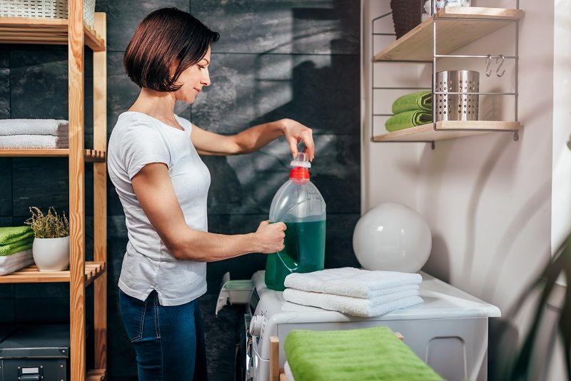 Women-opening-bottle-of-liquid-detergent--cm