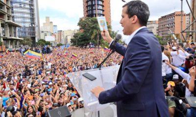 Juan Guaidó protesta como presidente interino de Venezuela ante una manifestación masiva