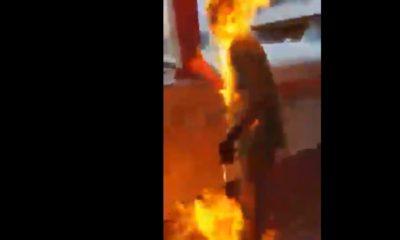 Presuntos manifestantes prenden fuego a un hombre en Hong Kong