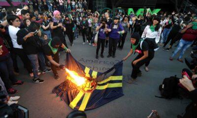 América, Queman, Bandera, Feministas, Mujeres, Protesta, Un violador en tu camino,