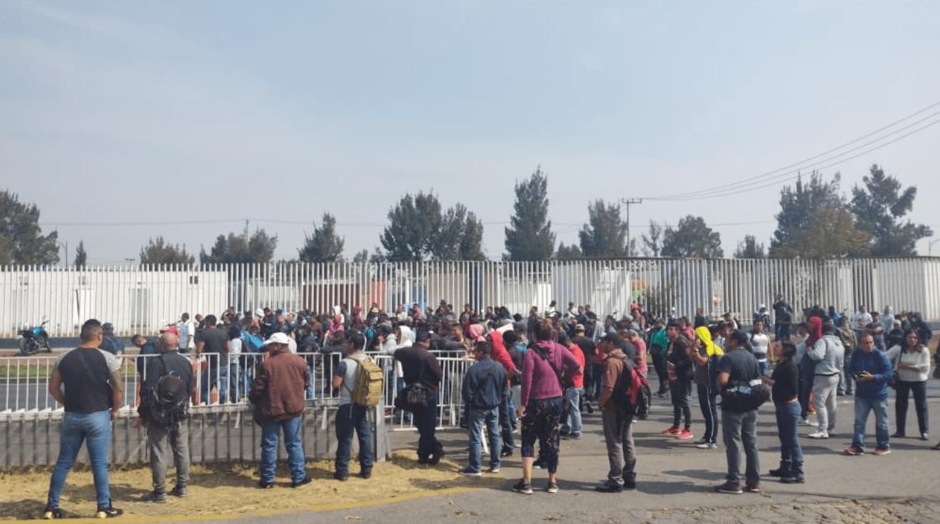 Policías federales inconformes bloquean Periférico