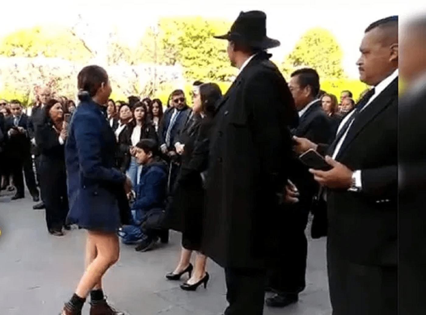 Mujer acusa a Mireles de pederasta y hombre le da bofetada