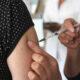 Médico francés se disculpa por sugerir probar en África vacuna