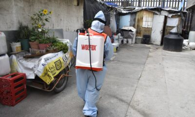 Sanitizan hogares vulnerables en Iztapalapa para prevenir el Covid-19