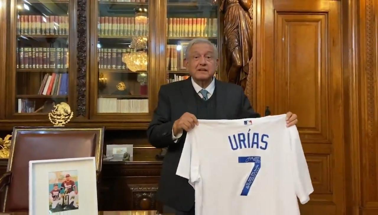 Recibe AMLO a Julio Urías pitcher de Los Angeles Dodgers