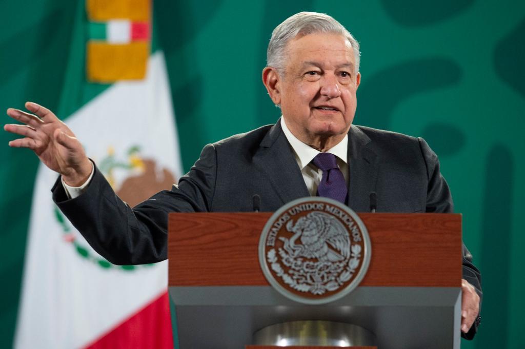 Con copia para Perú, AMLO aplaude al general Sandoval por no vacunarse en secreto