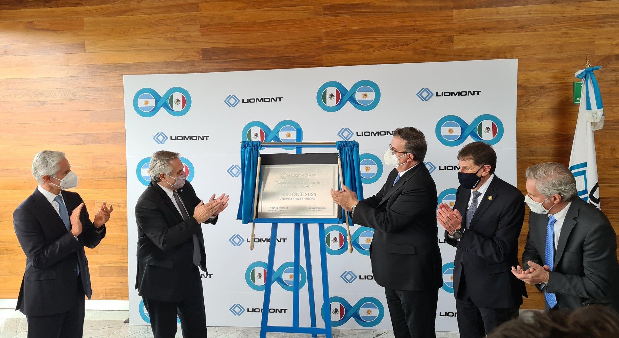 Ebrard y el presidente de Argentina supervisan proceso de envasado de vacunas Covid en Edomex