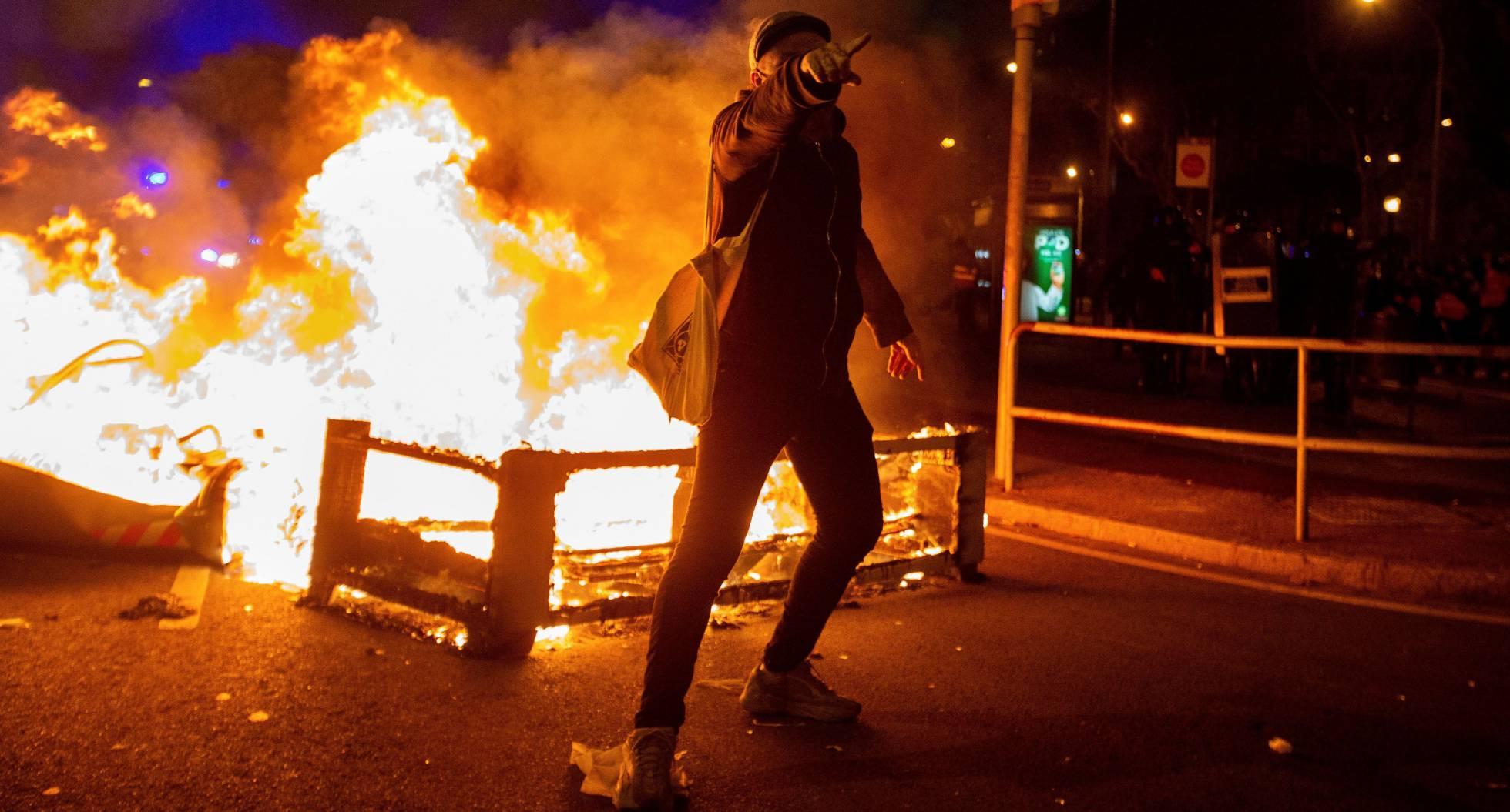 Tiene España su quinto día de disturbios tras detención del rapero Hasél