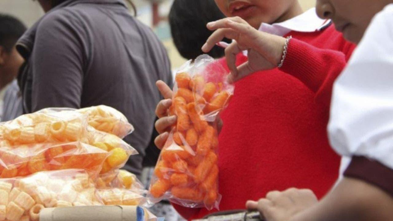 Senado prohíbe la venta de alimentos chatarra cerca de escuelas