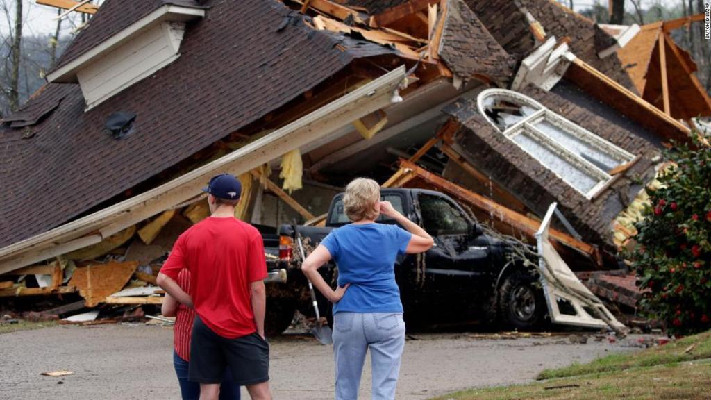 Tornados azotan Alabama, se reportan 5 personas muertas