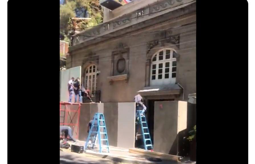 Andrés Roemer también amuralla su casa entes del #8M2021