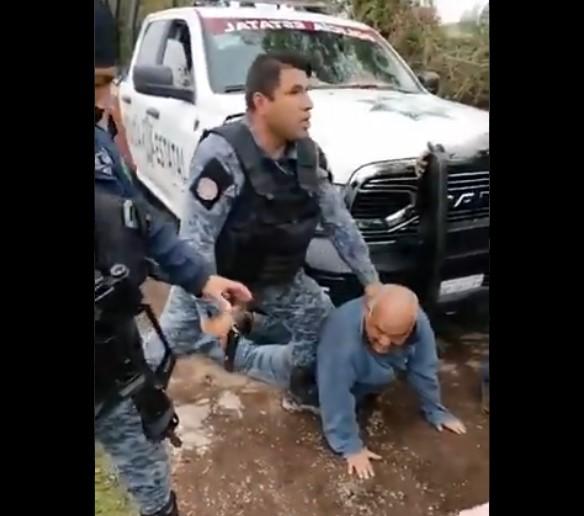 Someten por la fuerza policías a un adulto mayor en Puebla