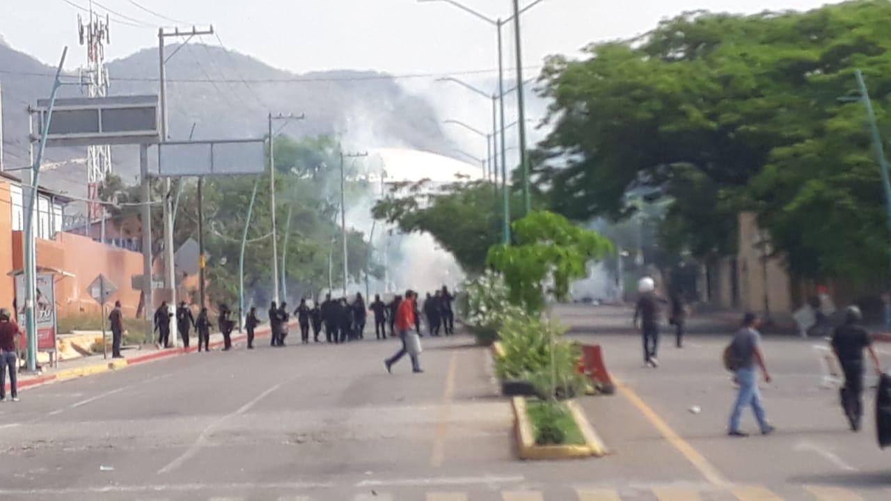 Normalistas y policías se enfrentan en Chiapas; detienen a 95 estudiantes