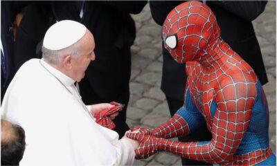 Visita Spiderman al papa Francisco; intercambian máscara y rosario