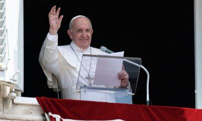 Reaparece Papa tras operación y pide acceso gratuito universal a la salud