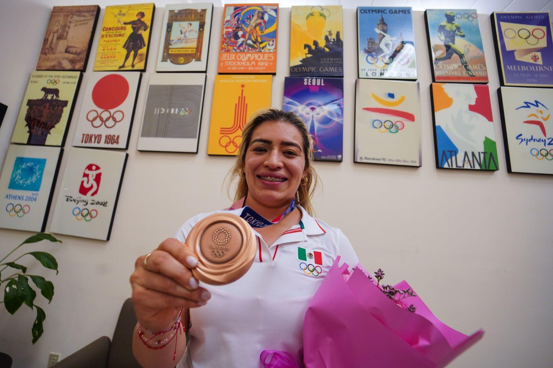Denuncia Aremi Fuentes que recibió cheque sin fondos del gobierno de BC