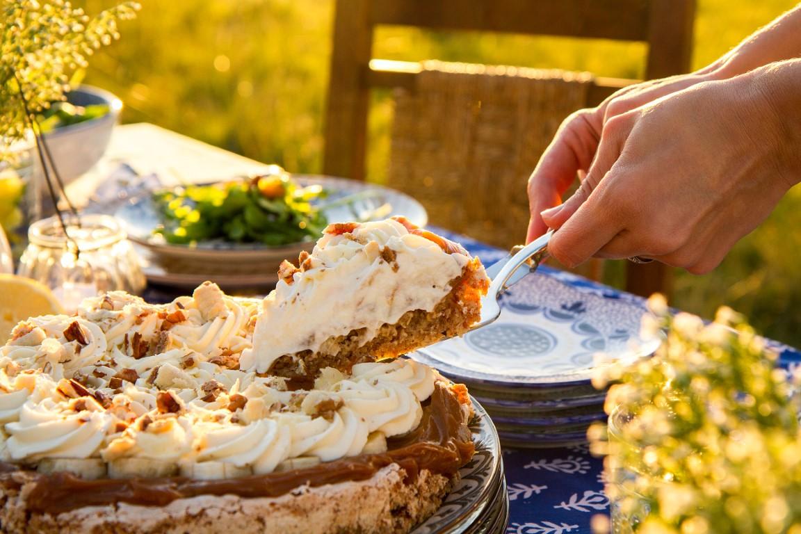 la compañía del oriente, campo, comer al aire libre, poner la mesa, como poner la mesa, torta de almendras, dulce de leche y banana