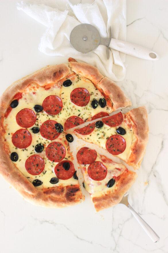 Pizza casera con pepperoni, como hacer masa para pizza, como hacer salsa de tomate, cocina italiana, recetas de cocina