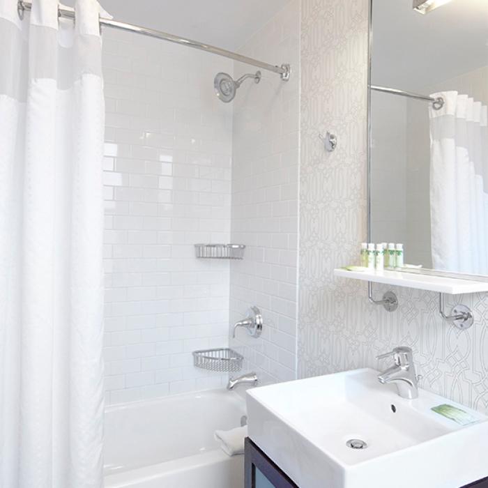 Oxford Capital Hotel Cass bathroom