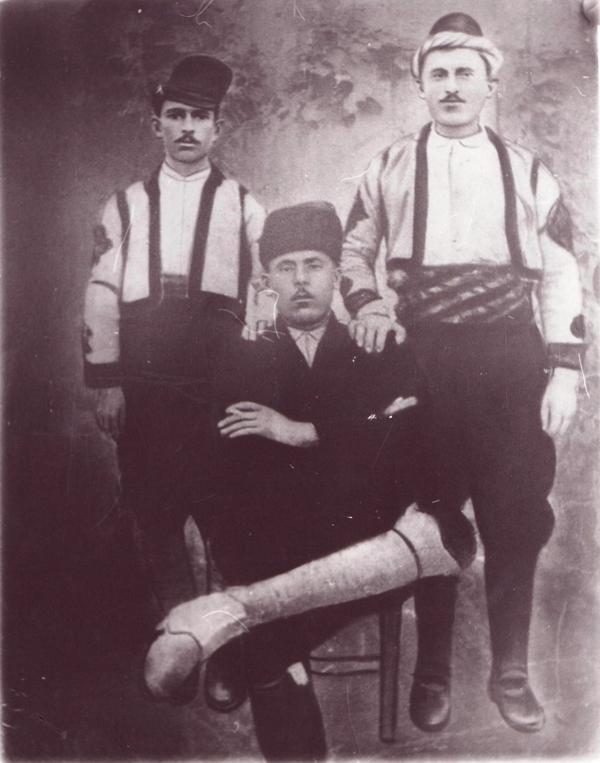Από αριστερά Αναστάσιος Καραγκιόζης, Συμεωνίδης Ανδρέας, Ασλανίδης Λεωνίδας. Είναι απόγονοι των 18 οικογενειών που πήγαν πρώτοι στο Ταστσί.
