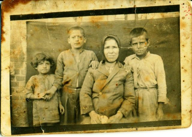 Δεύτερος απο αριστερα το 1926 με την μητέρα του και τα αδελφια του.