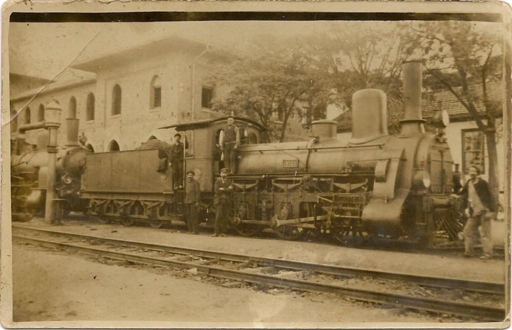 Στη φωτογραφία που παραθέτω ο παπούς Μπάτης με το καπέλο το μουστάκι και την αλυσίδα του ρολογιού στην πόρτα της ατμομηχανής στο σταθμό του Κάραγατς. Ο παππούς Σταύρος Μπάτης σιδηροδρομικός στο επάγγελμα, καταγόταν από το Καραγατς Αδριανούπολης. Παντρεύτηκε την Αθηνά Δημησκίδου και απέκτησαν 4 αγόρια, τον Θεόδωρο, το Δημοσθένη, το Χρήστο, το Γεώργιο και μία κόρη την Ελένη τη μητέρα μου.