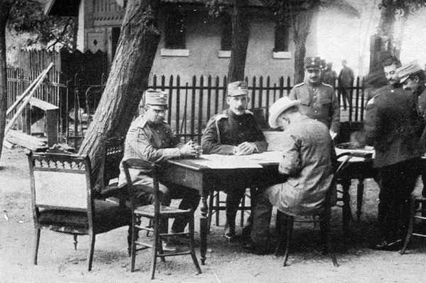Φωτογραφία στο ελληνικό Γενικό Στρατηγείο στο Χατζή-Μπεηλίκ, πριν τη Συνδιάσκεψη του Βουκουρεστίου, 1913. Από αριστερά: αρχηγός του γενικού επιτελείου Βίκτωρ Δούσμανης, αρχιστράτηγος Βασιλιάς Κωνσταντίνος, πρωθυπουργός Ελευθέριος Βενιζέλος. Ο Ιωάννης Μεταξάς, διευθυντής επιχειρήσεων του γενικού επιτελείου, φαίνεται δεύτερος από δεξιά. (φωτο Wikipedia)