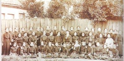 Τελειόφοιτες δασκάλες του Παρθεναγωγείου Μοναστηρίου το 1910. Στο μέσον διακρίνεται η Έλενα Βενιζέλου