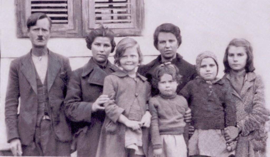 1942 Η οικογένεια Τζέγκα. Από αριστερά ο πατέρας Δημητρός, Ευθυμία, Λόλα η μητέρα Άννα. με τη μικρή Γιαννούλα, Αμαλία και Χριστίνα δεξιά.
